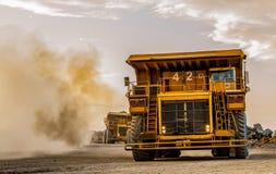 Autocarri con cassone ribaltabile di estrazione mineraria che trasportano il minerale metallifero del platino per elaborare fotografia stock