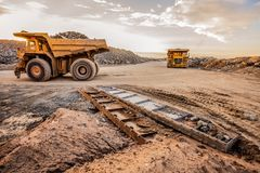 Autocarri con cassone ribaltabile di estrazione mineraria che trasportano il minerale metallifero del platino per elaborare immagini stock