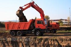 Autocarro con cassone ribaltabile di caricamento dell'escavatore Fotografie Stock