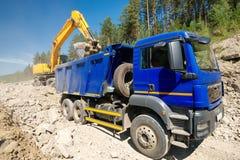 Autocarro con cassone ribaltabile ed escavatore Fotografia Stock