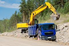 Autocarro con cassone ribaltabile ed escavatore Immagine Stock Libera da Diritti