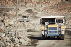 Autocarro con cassone ribaltabile enorme che trasporta la roccia o il minerale di ferro del granito Immagine Stock Libera da Diritti