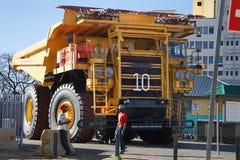 Autocarro con cassone ribaltabile enorme di estrazione mineraria Immagine Stock Libera da Diritti