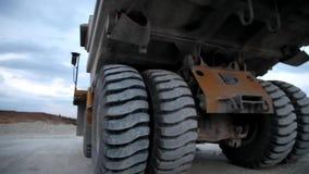 Autocarro con cassone ribaltabile pesante di estrazione mineraria che è caricato stock footage