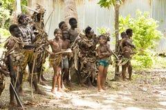 Autochtonen - jongens en jonge mensen - met bogen, speers, Solomon Islands, Zuid-Pacifische Oceaan royalty-vrije stock afbeeldingen
