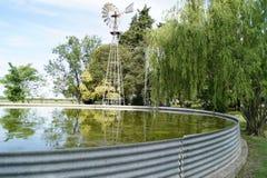 Autocisterna australiana dell'acqua con il mulino a vento Immagini Stock Libere da Diritti