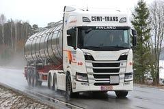 Autocisterna bianca dei semi di NextGen Scania R500 sulla strada Immagine Stock Libera da Diritti