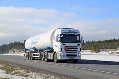 Autocisterna bianca dei semi di Scania nella trazione di ADR Fotografie Stock
