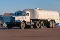 Autocisterna bianca del camion sull'aeroporto Fotografie Stock Libere da Diritti