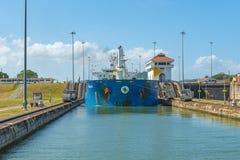 Autocisterna che passa il canale di Panama alle serrature di Miraflores fotografia stock libera da diritti