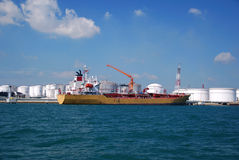 Autocisterna chimica gialla nell'ancoraggio di Singapore. Fotografie Stock