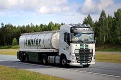 Autocisterna dei semi di Volvo FH sull'autostrada ad estate Fotografie Stock