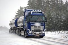 Autocisterna di Volvo FH sulla strada in precipitazioni nevose Immagine Stock