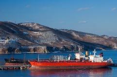 Autocisterna due vicino alla società Rosneft della stazione di servizio Baia del Nakhodka Mare orientale (del Giappone) 21 02 200 Fotografia Stock