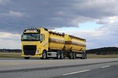 Autocisterna gialla di Volvo FH nel trasporto alla rinfusa lungo la strada principale Immagini Stock Libere da Diritti