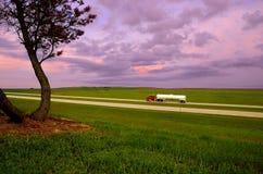 Autocisterna nell'ambito del tramonto Fotografie Stock