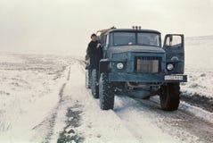 Autocisterna spedizione Ural-4320 che ha fermata di scarsità Fotografia Stock Libera da Diritti