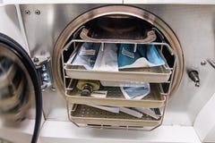 Autoclave dental com ferramentas dos dentist's em uma clínica fotografia de stock