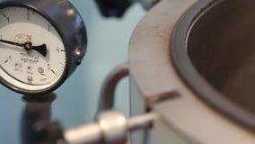 Autoclave en un laboratorio médico almacen de video