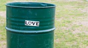 Autocollant de ` d'amour de ` sur un baril de déchets Photo libre de droits