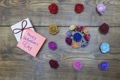 Autocollant des textes : Jour heureux et boîte-cadeau du ` s de Valentine Concept d'amour Fleurs sur le fond en bois Images stock