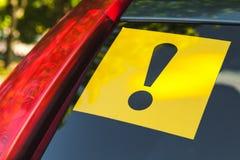 Autocollant jaune d'avertissement avec le signe d'exclamation Images libres de droits