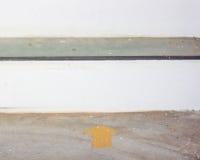 Autocollant jaune de flèche sur le plancher avec l'espace de copie Photographie stock libre de droits
