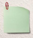 Autocollant vert vide et agrafe rouge Photo libre de droits