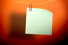 Autocollant vert vide et agrafe rouge Photographie stock libre de droits