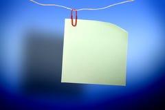 Autocollant vert vide et agrafe rouge Image libre de droits