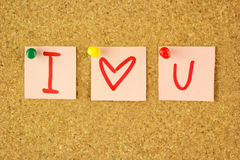Autocollants avec le message d'amour sur le liège Photo stock