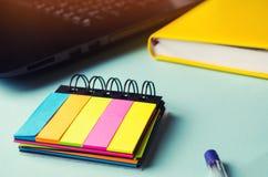 Autocollants collants sur la table, bureau, notes, plans pour le jour, ordinateur portable, concept d'école Un lieu de travail mi Photos libres de droits