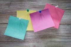 Autocollants de papier multicolores sur le fond des conseils Photos stock