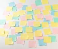 Autocollants de papier multicolores sur le mur Photo stock
