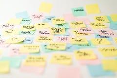 Autocollants de papier multicolores sur le mur Photos stock