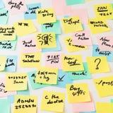 Autocollants de papier multicolores sur le mur Image libre de droits