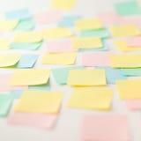 Autocollants de papier multicolores sur le mur Image stock