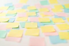 Autocollants de papier multicolores sur le mur Images stock