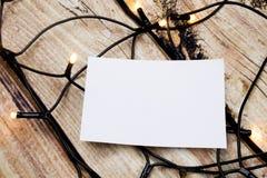 Autocollants de papier sur la table en bois Note collante vide avec des lumières Photographie stock