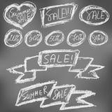 Autocollants de vente d'été réglés sur le tableau noir illustration de vecteur