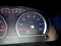 Autodashboard met odometer die 100000 km tonen afstand in mijlen Royalty-vrije Stock Afbeelding
