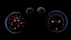 Autodashboard over een zwarte achtergrond stock footage
