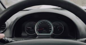 Autodashboard terwijl het drijven stock videobeelden