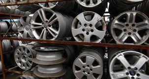 Autodelenmarkt De autowielen zijn ter plaatse stock videobeelden