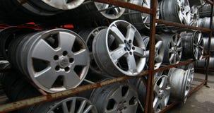 Autodelenmarkt De autowielen zijn ter plaatse stock footage