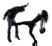 Autodifesa di aggressione del ladro della donna isolata immagine stock