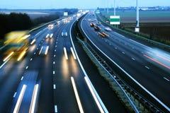 Autodrehzahl auf der Autobahn stockbilder