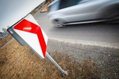 Autodurch eine scharfe Drehung schnell fahren Stockfotos