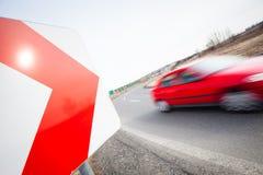Autodurch eine scharfe Drehung schnell fahren Stockbilder