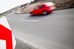 Autodurch eine scharfe Drehung schnell fahren Lizenzfreie Stockbilder